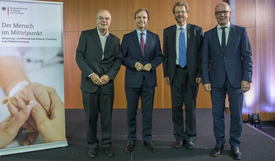 Gruppenbild; v.l.: Hans Christof Müller-Busch (Deutsche Gesellschaft für Palliativmedizin), Thomas Rachel, Lukas Radbruch (Uniklinik Bonn), Heiner Melchin (Deutsche Gesellschaft für Palliativmedizin)