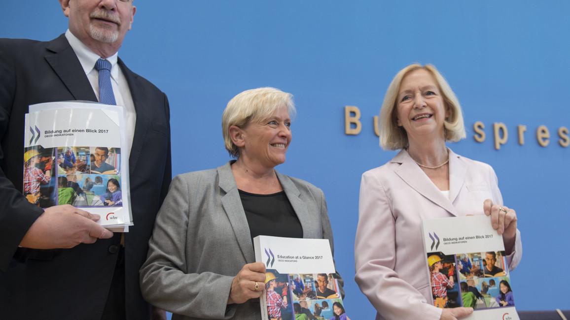 Bundesbildungsministerin Johanna Wanka stellt mit Heino von Meyer (OECD) und Susanne Eisenmann (Ministerin für Kultus, Jugend und Sport des Landes Baden-Württemberg und Vorsitzende der KMK) die Studie 'Bildung auf einen Blick 2017' vor.