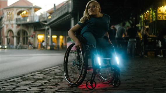 """Das Light Cares-Projekt """"Made for my Wheelchair"""" zeigt auf der REHACRE in Düsseldorf eine Do-It-Yourself-Beleuchtung für elektrische Rollstühle."""