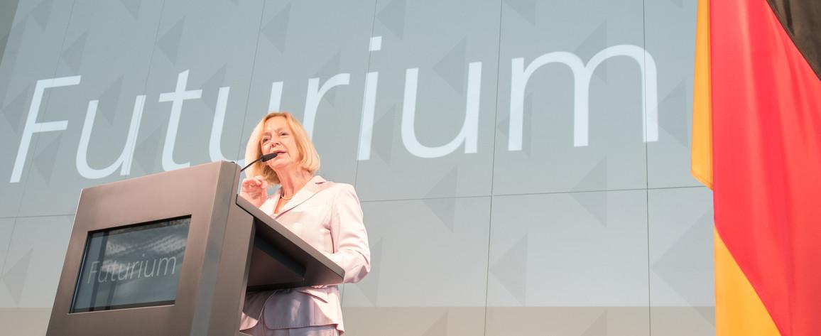 Bundesforschungsministerin Johanna Wanka betonte, dass das Futurium ein Ort zu Diskutieren, Mitmachen und Ausprobieren sei.