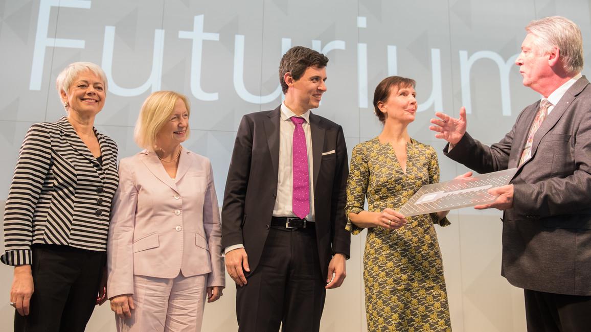 Jürgen Gehb überreicht im Beisein von Cornelia Quennet-Thielen und Bundesministerin Johanna Wanka den Schlüssel zum Futurium an Nicole Schneider (Kaufmännische Geschäftführerin des Futuriums) und Stefan Brandt (Direktor Futurium).