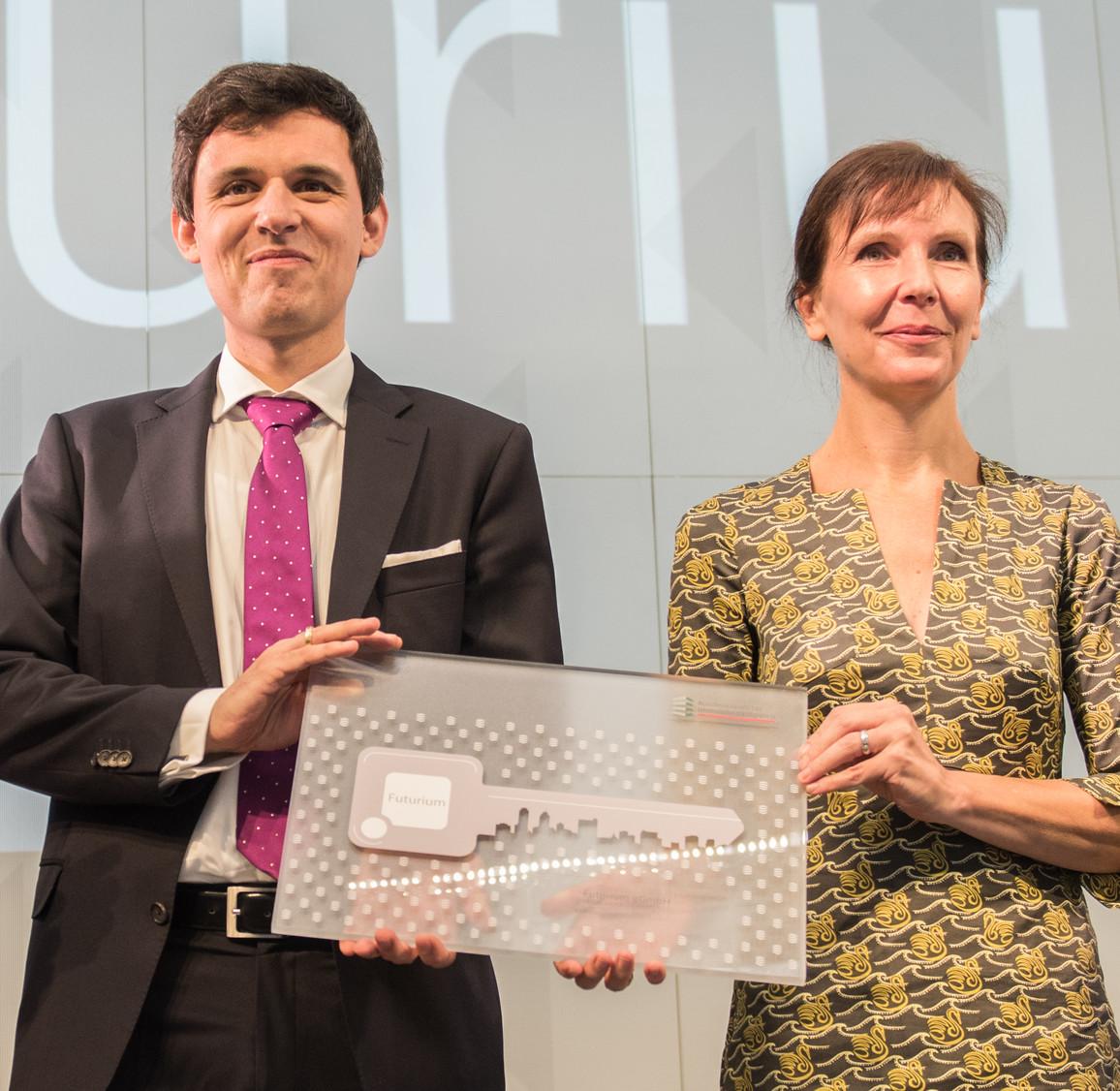 Nicole Schneider (Kaufmännische Geschäftführerin des Futuriums) und Stefan Brandt (Direktor Futurium) mit dem symbolischen Schlüssel.