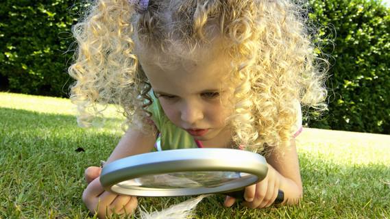 Junge Forscherin entdeckt die Natur
