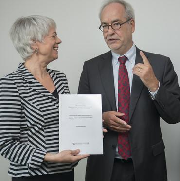 Staatssekretärin Quennet-Thielen neben Otfried Jarren