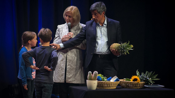 Jonna Zeisberg und Simon Behre erarbeiten mit der Ministerin, was Ananas, Romanesco, Tannenzapfen, Nautilusschnecken, Artischocken, Kakteen und Sonnenblumen mit der Fibonacci-Reihe zu tun haben.