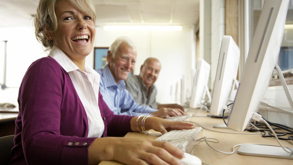 Ältere Menschen bei einer Fortbildung