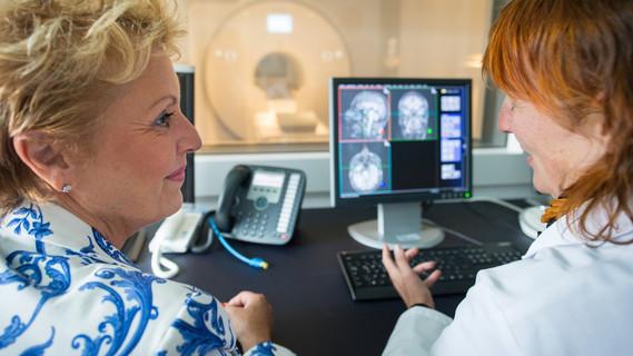 Besprechung von MRT-Aufnahmen – Das DZNE entwickelt neue Methoden zur Diagnose, Behandlung und Vorsorge neurodegenerativer Erkrankungen, die in klinischen Studien getestet werden.
