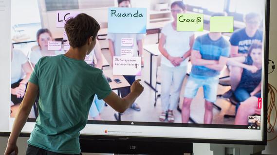 Katharina (links) und Maryam arbeiten mit der Schul-Cloud
