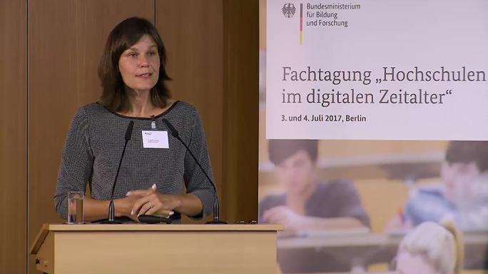 """Poster zum Video """"Digitale Hochschulbildung"""": Keynote von Muriel Helbig"""