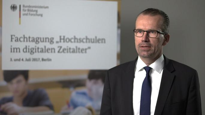 "Poster zum Video ""Digitale Hochschulbildung"": Experteninterview mit Dr. Axel Göldner (Swisscom)"