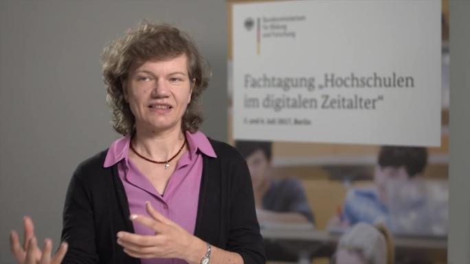 """Poster zum Video """"Digitale Hochschulbildung"""": Experteninterview mit Prof. Dr. Claudia Leopold (Universität Fribourg)"""