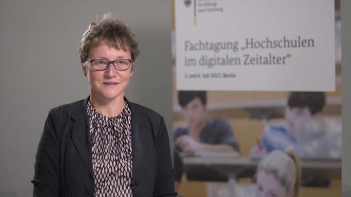 """Poster zum Video """"Digitale Hochschulbildung"""": Experteninterview mit Prof. Dr. Gudrun Oevel (Universität Paderborn)"""
