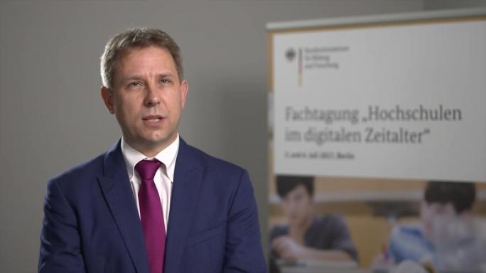 "Poster zum Video ""Digitale Hochschulbildung"": Experteninterview mit Prof. Dr. Niels Pinkwart (Humboldt-Universität Berlin)"