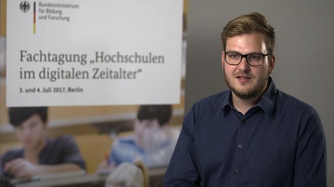 """Poster zum Video """"Digitale Hochschulbildung"""": Experteninterview mit Vincent Zimmer (Kiron Open Higher Education)"""