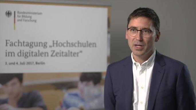 """Poster zum Video """"Digitale Hochschulbildung"""": Experteninterview mit J. Philipp Schmidt (MIT Media Lab)"""