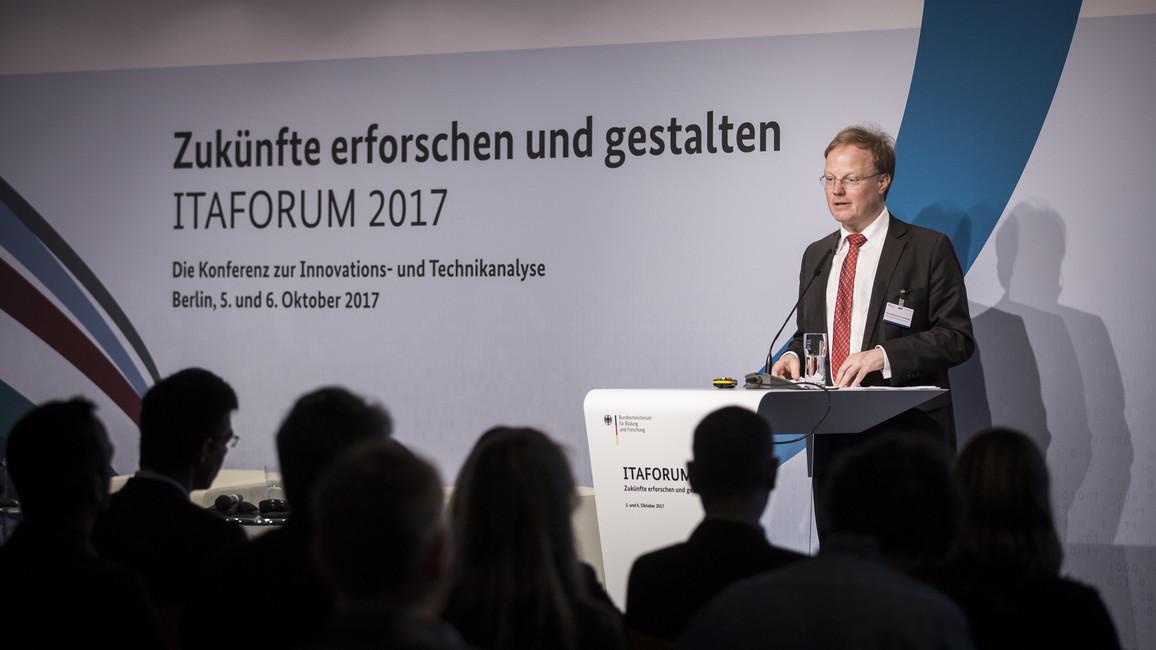 Matthias Graf von Kielmansegg, Abteilungsleiter im Bundesministerium für Bildung und Forschung, während seiner Rede.