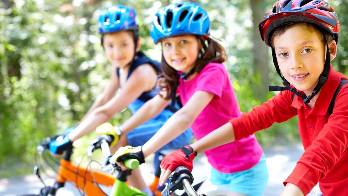 Eine Gruppe von Kindern mit ihren Fahrrädern