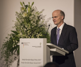 Enno Aufderheide, Generalsekretär der Alexander von Humboldt-Stiftung, begrüßt die Gäste