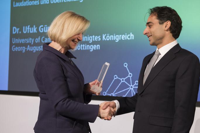 Bundesforschungsministerin Johanna Wanka verleiht den Sofja Kovalevskaja-Preis 2017 an Ufuk Günesdogan