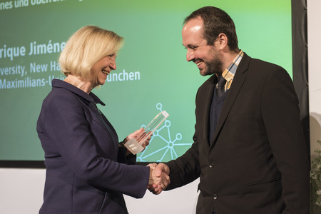 Bundesforschungsministerin Johanna Wanka verleiht den Sofja Kovalevskaja-Preis 2017 an Enrique Jiménez