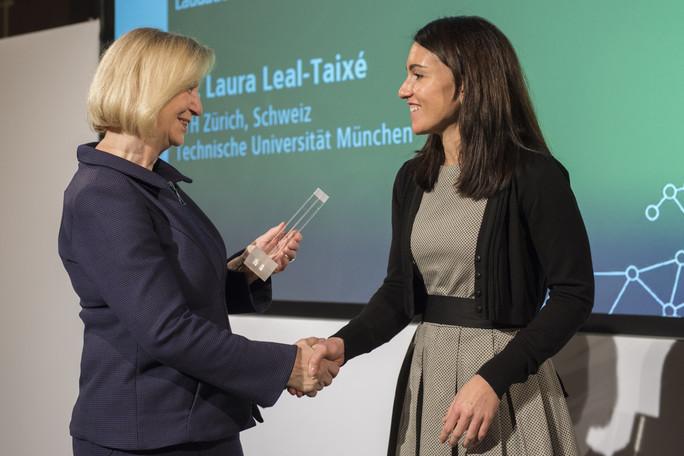 Bundesforschungsministerin Johanna Wanka verleiht den Sofja Kovalevskaja-Preis 2017 an Laura Leal-Taixé