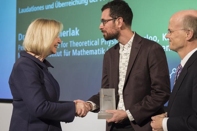 Bundesforschungsministerin Johanna Wanka verleiht den Sofja Kovalevskaja-Preis 2017 an Matteo Smerlak