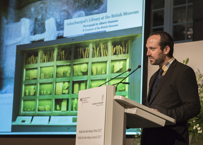 Der Preisträger Enrique Jiménez hält den Festvortrag