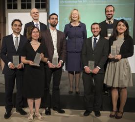Bundesforschungministerin Johanna Wanka und der Generalsekretär der Alexander von Humboldt-Stiftung mit der diesjährigen Preisträgern