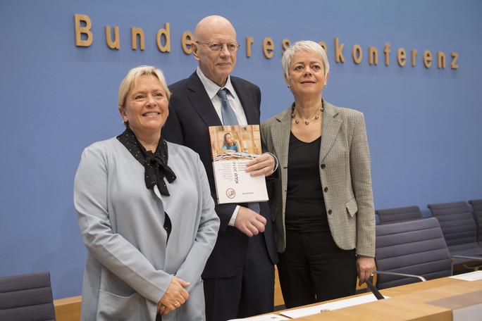 In Berlin wurde die IGLU-Studie vorgestellt. v.l.: Susanne Eisenmann, Präsidentin der KMK; Wilfried Bos, Studienleiter IGLU 2016; Cornelia Queret-Thielen, Staatssekretärin im BMBF