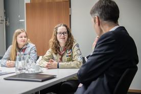 Pia (Mitte) von der Deutsche Pfadfinderschaft Sankt Georg berichtet Staatssekretär Schütte von ihrer Arbeit als Pfadfinderin.