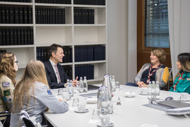 Georg Schütte im Gespräch mit der Delegation, die das Friedenslicht ins Bundesbildungsministerium brachte; v.l.: Pia (DPSG), Jeanette (VCP), Lea (RDP/RdP) sowie Vanessa (BMPPD)