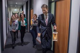 Das Friedenslicht auf dem Weg ins Büro von Staatssekretär Schütte.