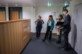 Staatssekretär Schütte führte die Pfadfinderinnen noch durch das Bundesbildungsministerium.