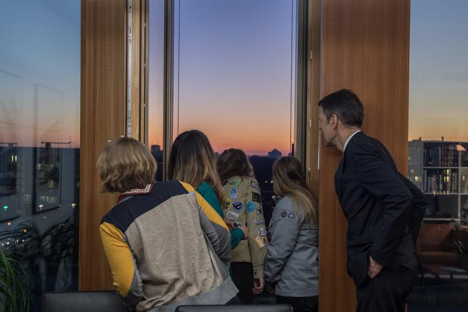 Im Büro des Staatssekretärs konnten die Pfadfinderinnen den Sonnenuntergang über dem Regierungsviertel bewundern.