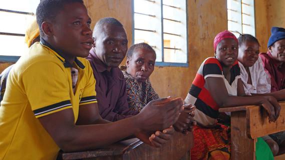 Forscher und Dorfbevölkerung diskutierten gemeinsam Lösungsansätze für lokale Herausforderungen.