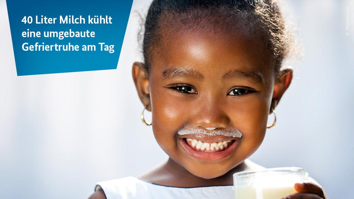 Ein Afrikanisches Mädchen mit Milch Schnurrbart.