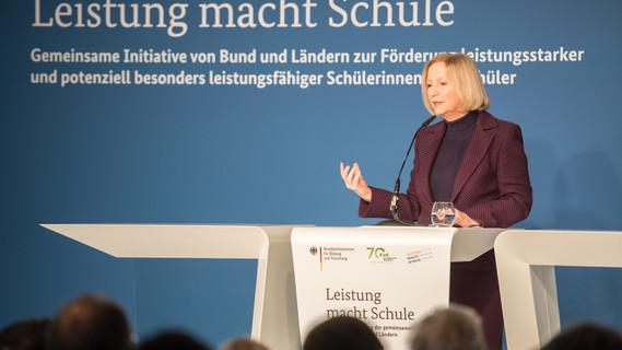Die geschäftsführende Bundesbildungministerin Johanna Wanka eröffnet die Konferenz Leistung macht Schule