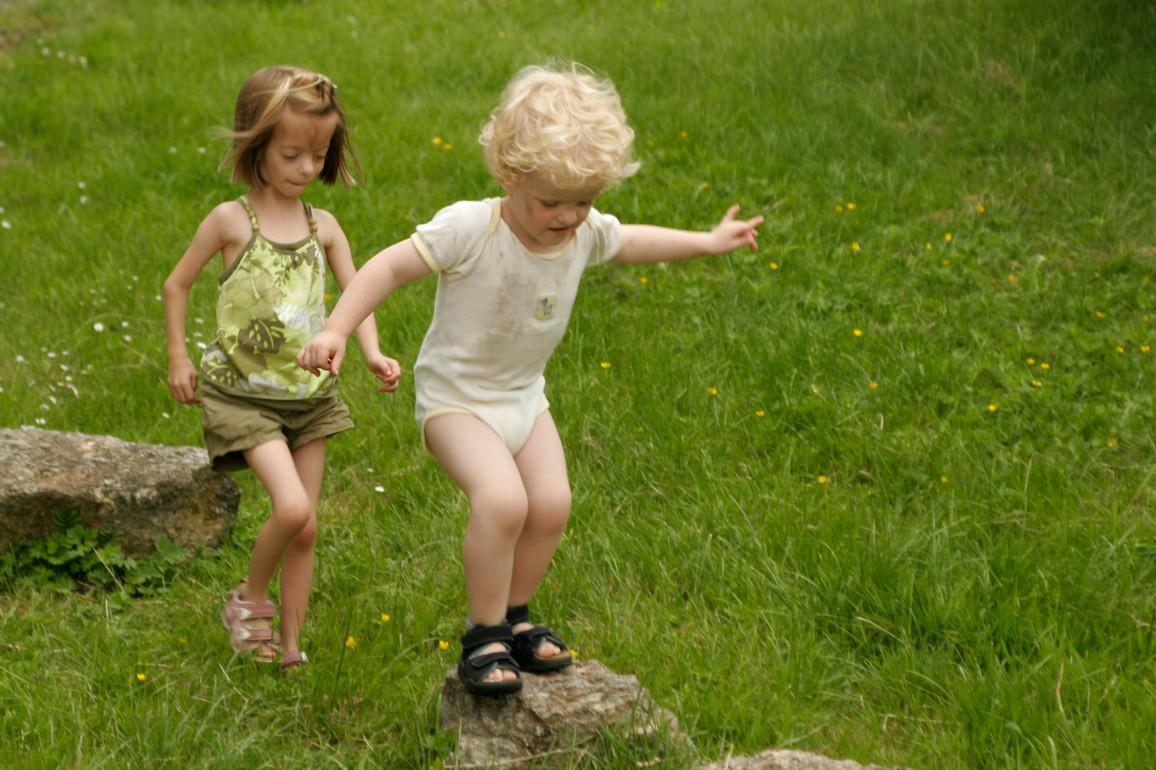 Mädchen mit Kleinwuchs spielt mit Jungen ohne Kleinwuchs