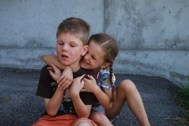 Hannah umarmt ihren Bruder Felix, der an Tuberöse Sklerose leidet