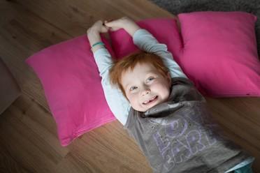 Die 6-jährige Emilia ist an akuter lymphatischer Leukämie er-krankt, einer seltenen Krebserkrankung. Eine Chemotherapie hat bei dem Mädchen glücklicherweise gut angeschlagen, Emilia wird noch einige Zeit ambulant betreut. Heilung dank Forschung: Erst seit den 1950er Jahren wird Krebs mit Chemotherapie behandelt. Zuvor waren alle an Leukämie erkrankten Kinder zum Tod verurteilt.Emilias ganze Geschichte: http://www.care-for-rare.org/de/forschungkannhelfen/emilia